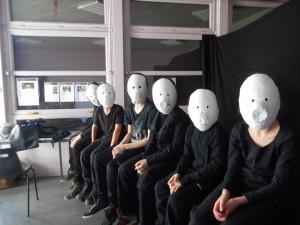 des enfants et des masques